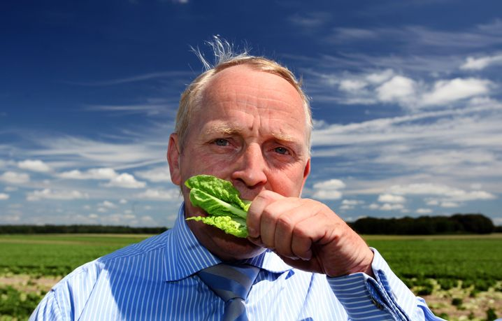 Symbolpolitik: Mecklenburg-Vorpommerns Landwirtschaftsminister Till Backhaus biss im Juni 2011 in Salat, um die Öffentlichkeit zu beruhigen. Er überlebte.