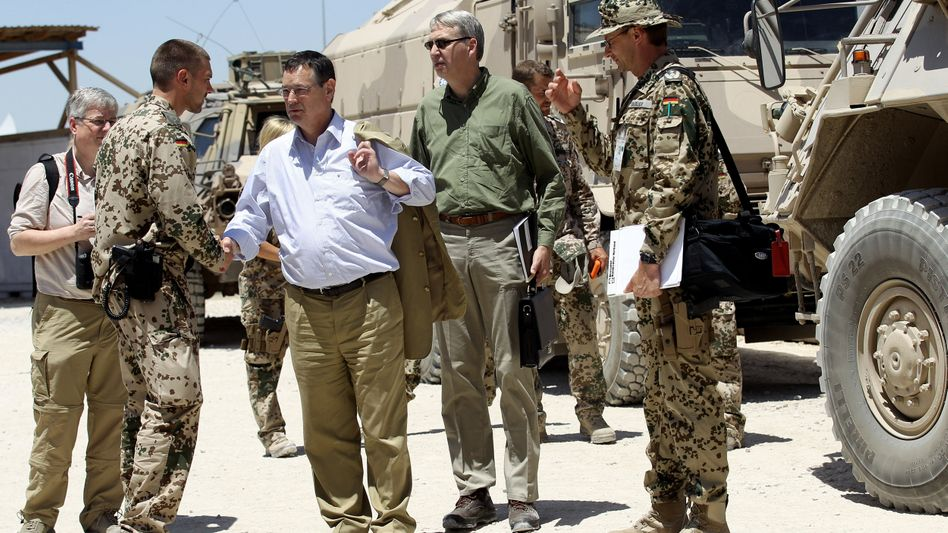 Wehrbeauftragter Königshaus (weißes Hemd) in Afghanistan: Ein Ohr für die Soldaten