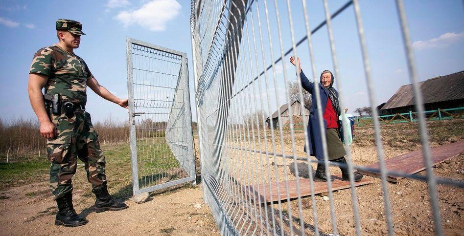 Grenzzaun zwischen Norviliškes und Pizkuny: Jeder Sarg muss 200 Kilometer weit über einen offiziellen Kontrollpunkt reisen