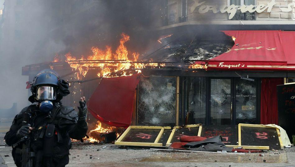 Das berühmte Restaurant Fouquets auf der Champs Elysees brennt nach Gelbwesten-Protest