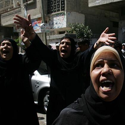 Trauer nach tödlichen Angriffen: Drei Frauen auf einer Straße im Gaza-Streifen