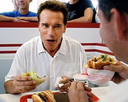 Gouvernator Schwarzenegger (2003): Verspeiste vor seiner Wahl gern öffentlich Burger