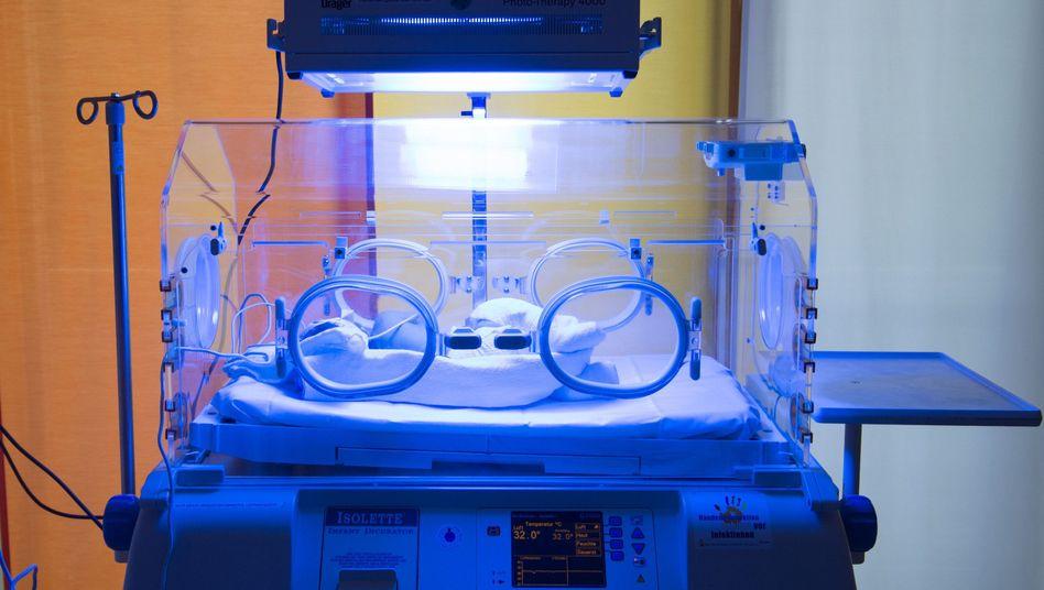 Ein Neugeborenes liegt im Universitätsklinikum Carl Gustav Carus in Dresden in einem Inkubator