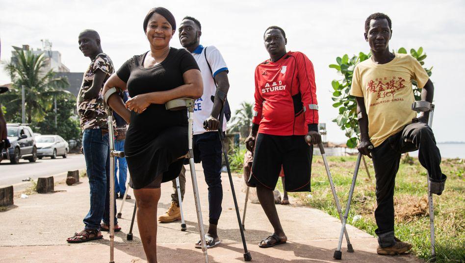 Junge Menschen, die während des Krieges in Sierra Leone Gliedmaßen verloren haben, spielen im Amputee-Verein Fußball - inzwischen sogar auch international