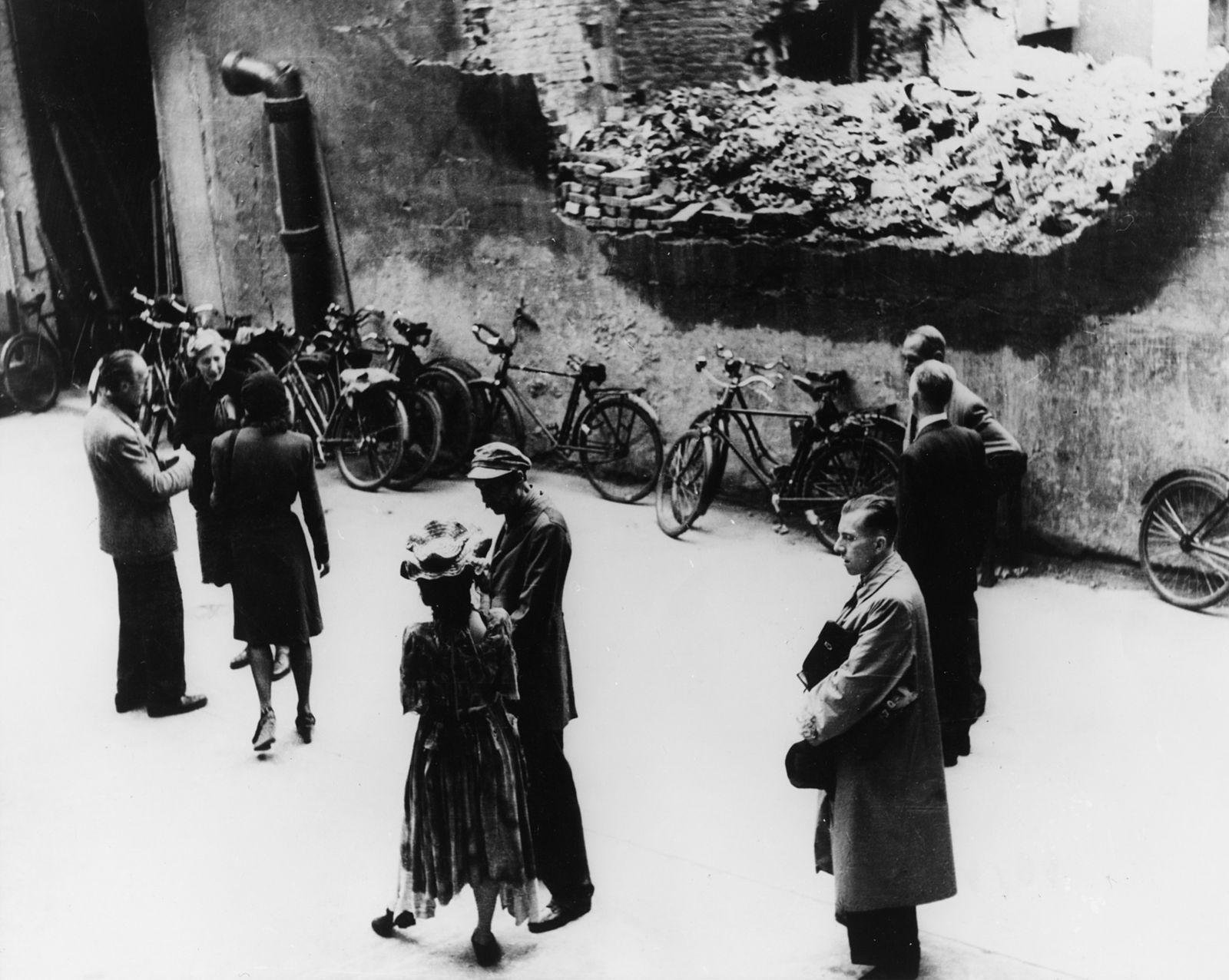 """Pause während der Aufführung der """"Dreigroschenoper"""" von Brecht im Hofraum des Hebbeltheaters"""
