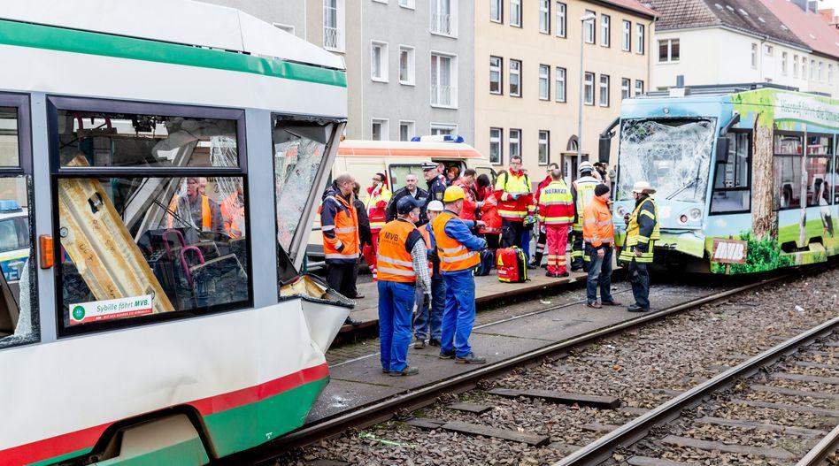 Magdeburg: Zwei beschädigte Straßenbahnen stehen nach einem Unfall auf einem Gleis