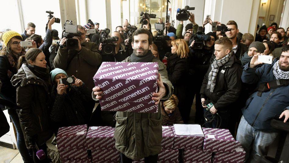 Übergabe der Stimmen der Budapester Bürger gegen die Olympia-Bewerbung