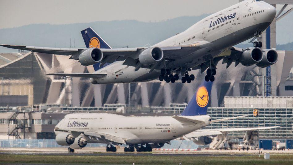 Eine Boeing 747 der Lufthansa startet auf dem Flughafen in Frankfurt am Main (Archiv)