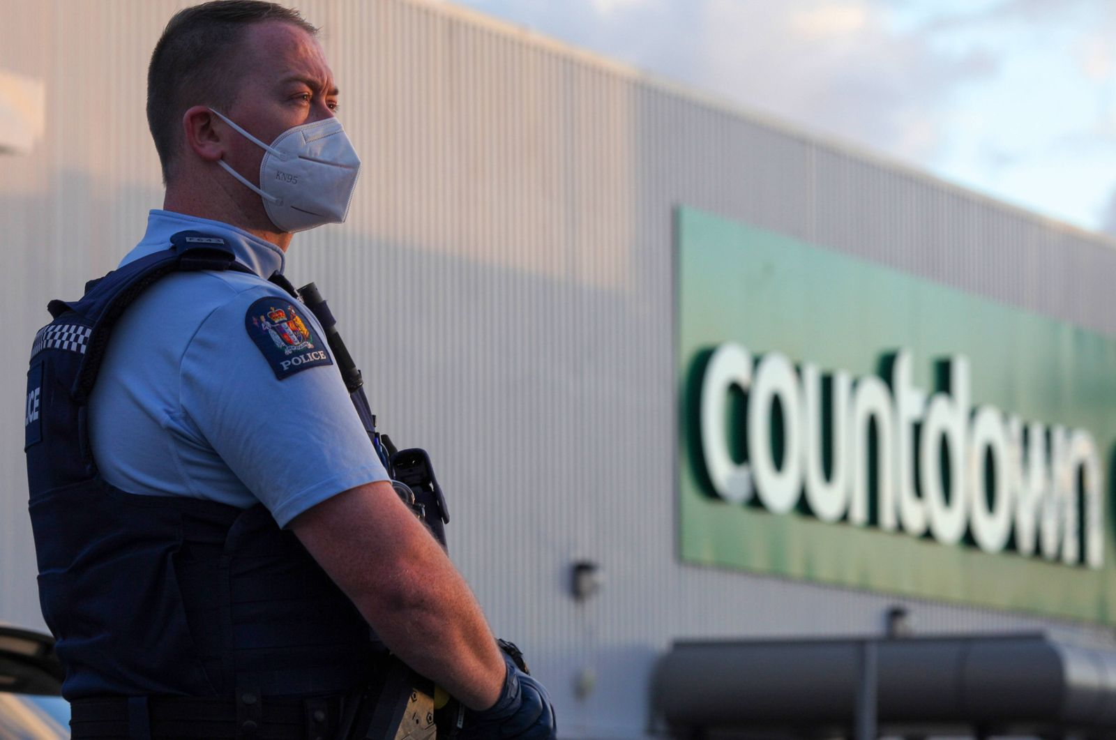 (210903) -- AUCKLAND, Sept. 3, 2021 -- A police officer stands guard near the New Lynn supermarket in Auckland, New Zeal