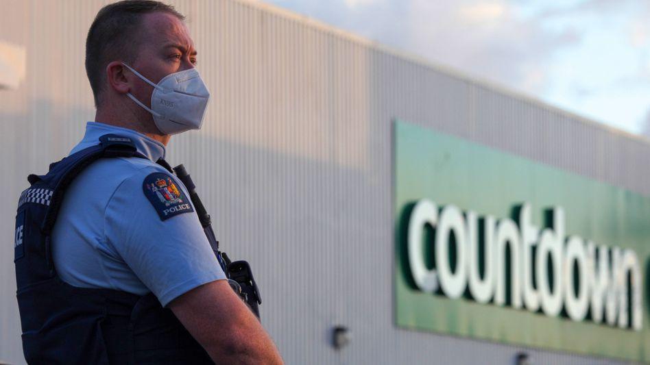 Polizist nach dem Anschlag in einem Supermarkt in Auckland