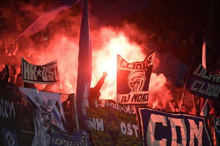 Fans des Hamburger SV im Nordderby