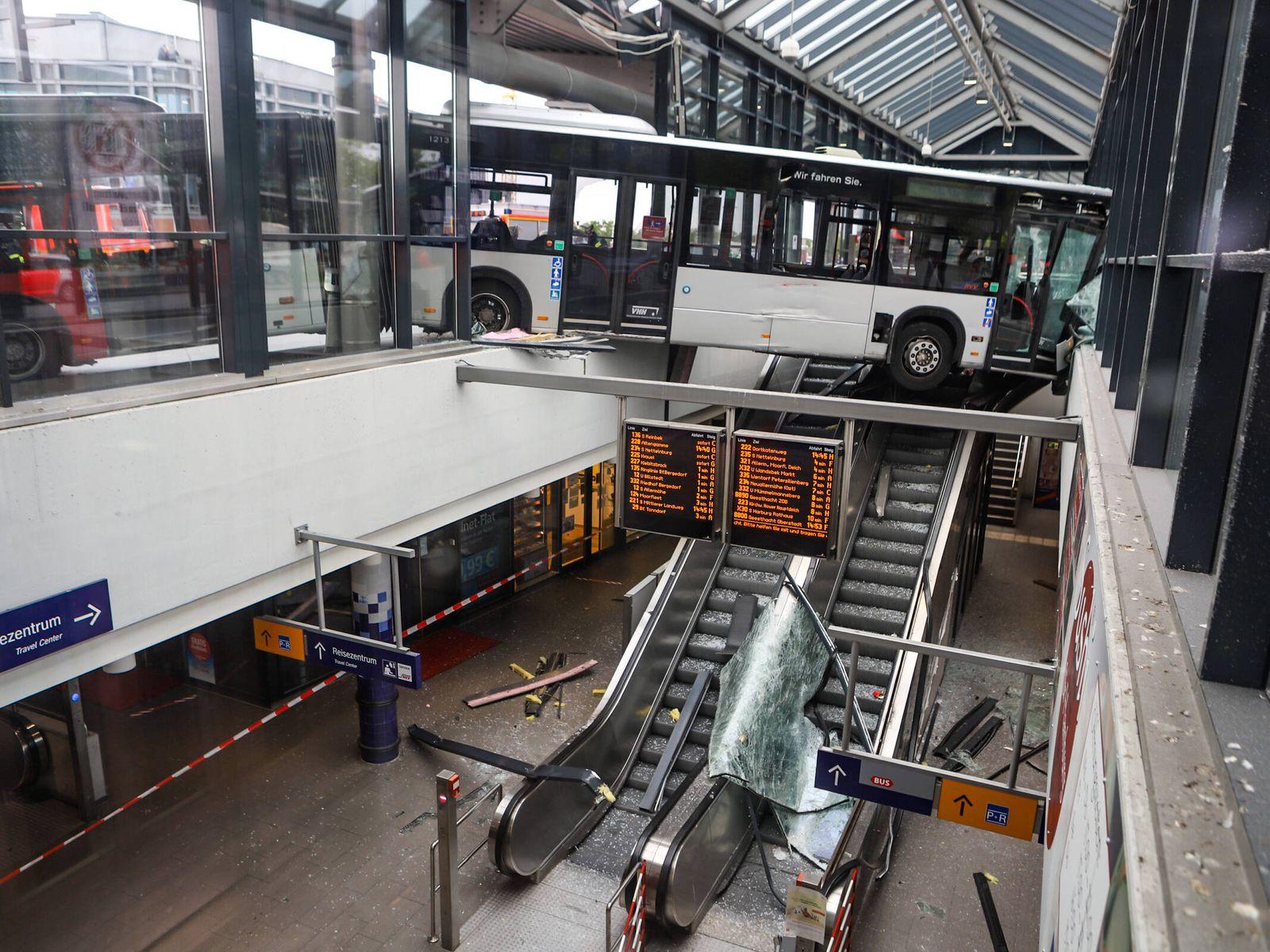 Linienbus rast durch Bahnhofsgebäude - Großeinsatz der Feuerwehr 13.05.20 - Hamburg: Gegen 13:59 Uhr raste ein Linienbu