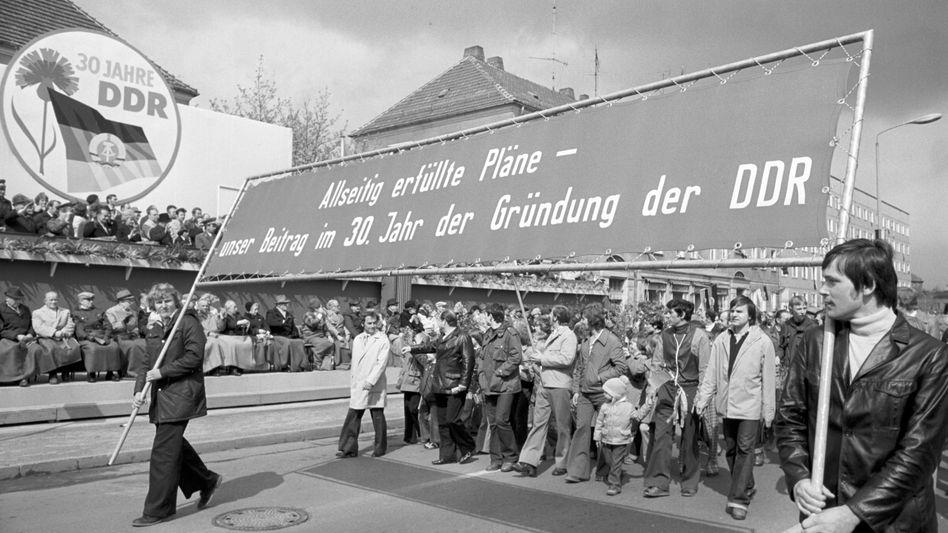 Die Planwirtschaft kommt eben nicht zurück: 1. Mai in der DDR (Kundgebung in Cottbus 1979)