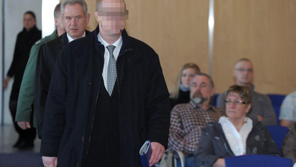 Der Angeklagte Jens K. mit seinem Verteidiger: Der Arzt muss zehn Jahre ins Gefängnis