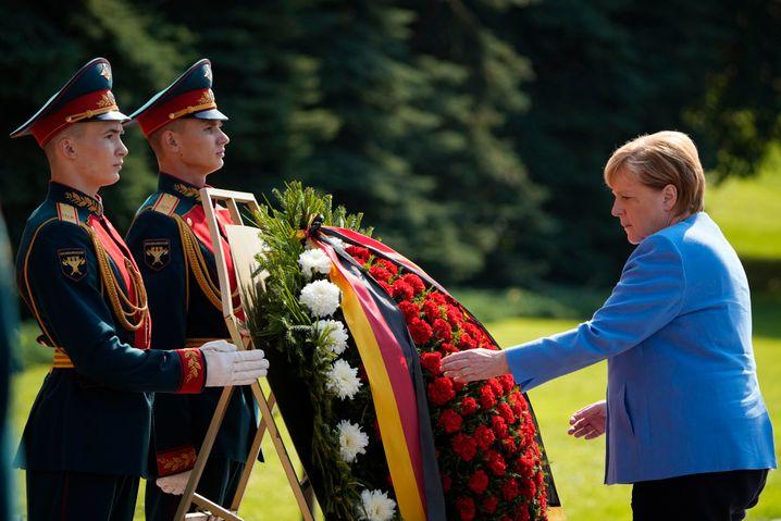 Angela Merkel legt einen Kranz am Grab des unbekannten Soldaten im Alexandergarten an der Kremlmauer nieder