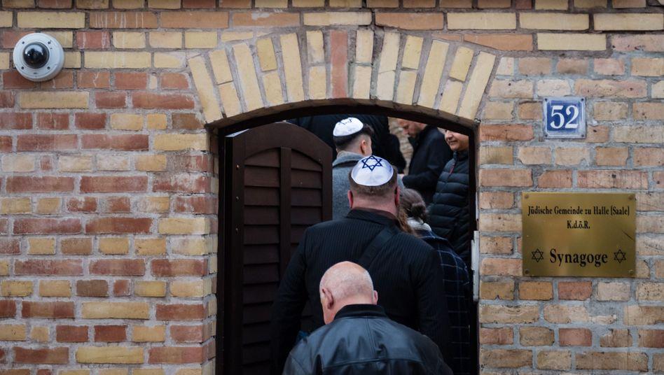Mitglieder der jüdischen Gemeinde betreten die Synagoge in Halle: Innenminister reagieren auf Anschlag