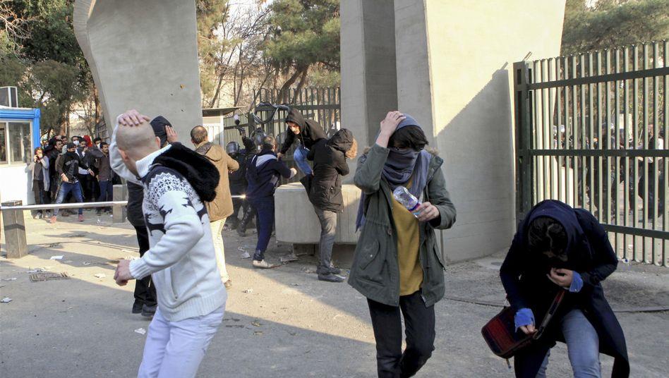 Demonstranten flüchten am 30. Dezember vor Polizei in Teheran
