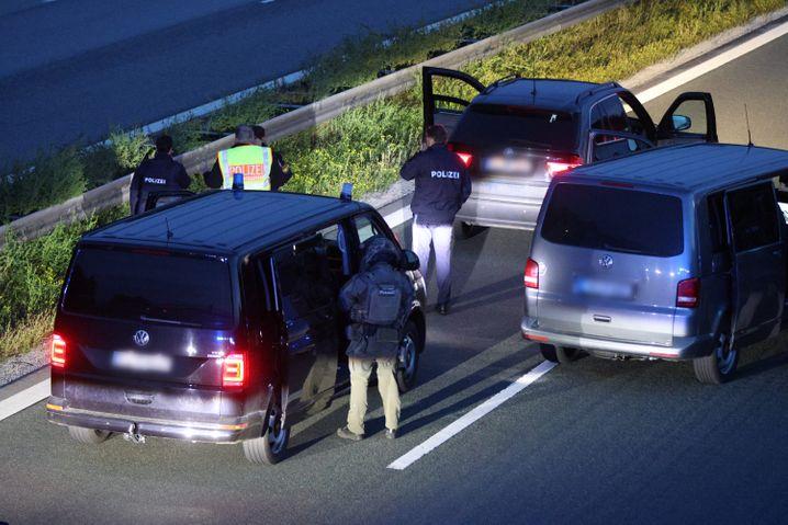 Polizisten mit ihren Fahrzeugen auf der A9: Keine Hinweise auf eine Geiselnahme