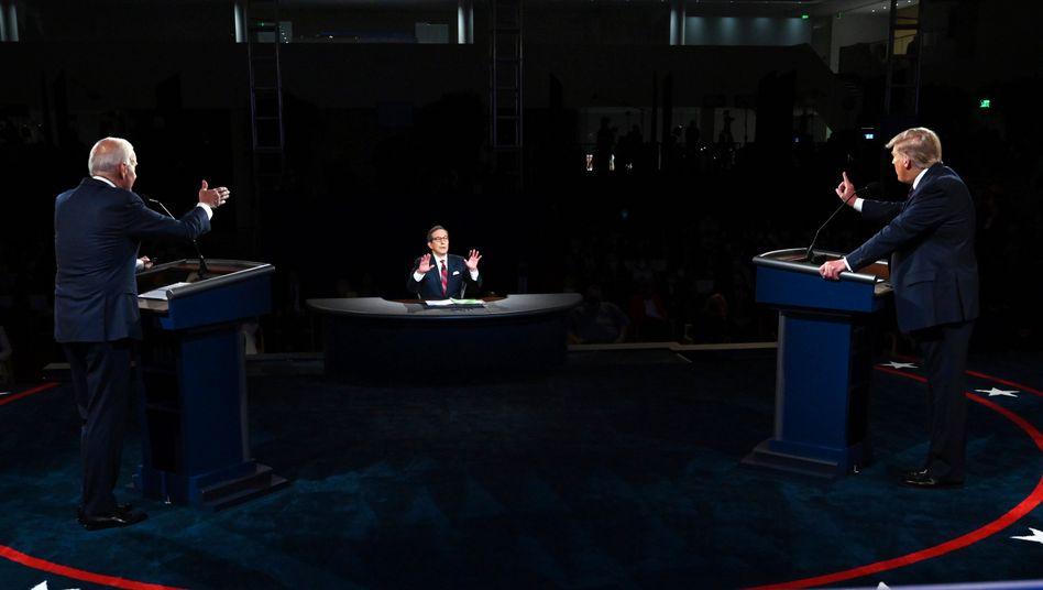 Donald Trump und Joe Biden mit Moderator Chris Wallace während ihrer ersten TV-Debatte am 29. September