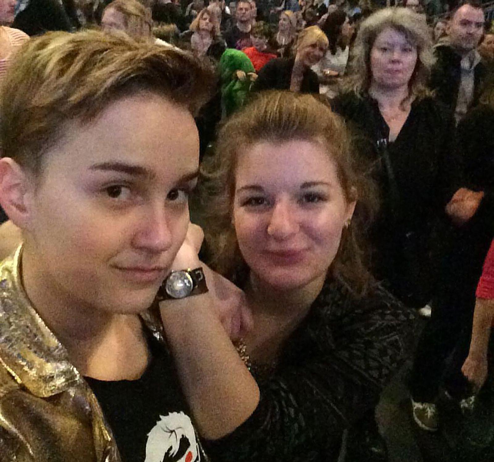 Zwei Frauen beim Wiener Opernball als Debütantenpaar