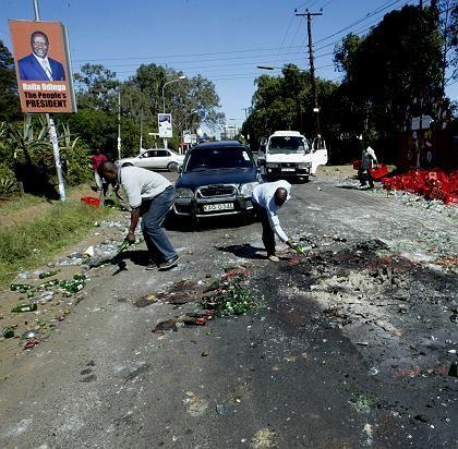 Aufräumarbeiten nach den Unruhen: Straßenhändler in Nairobi