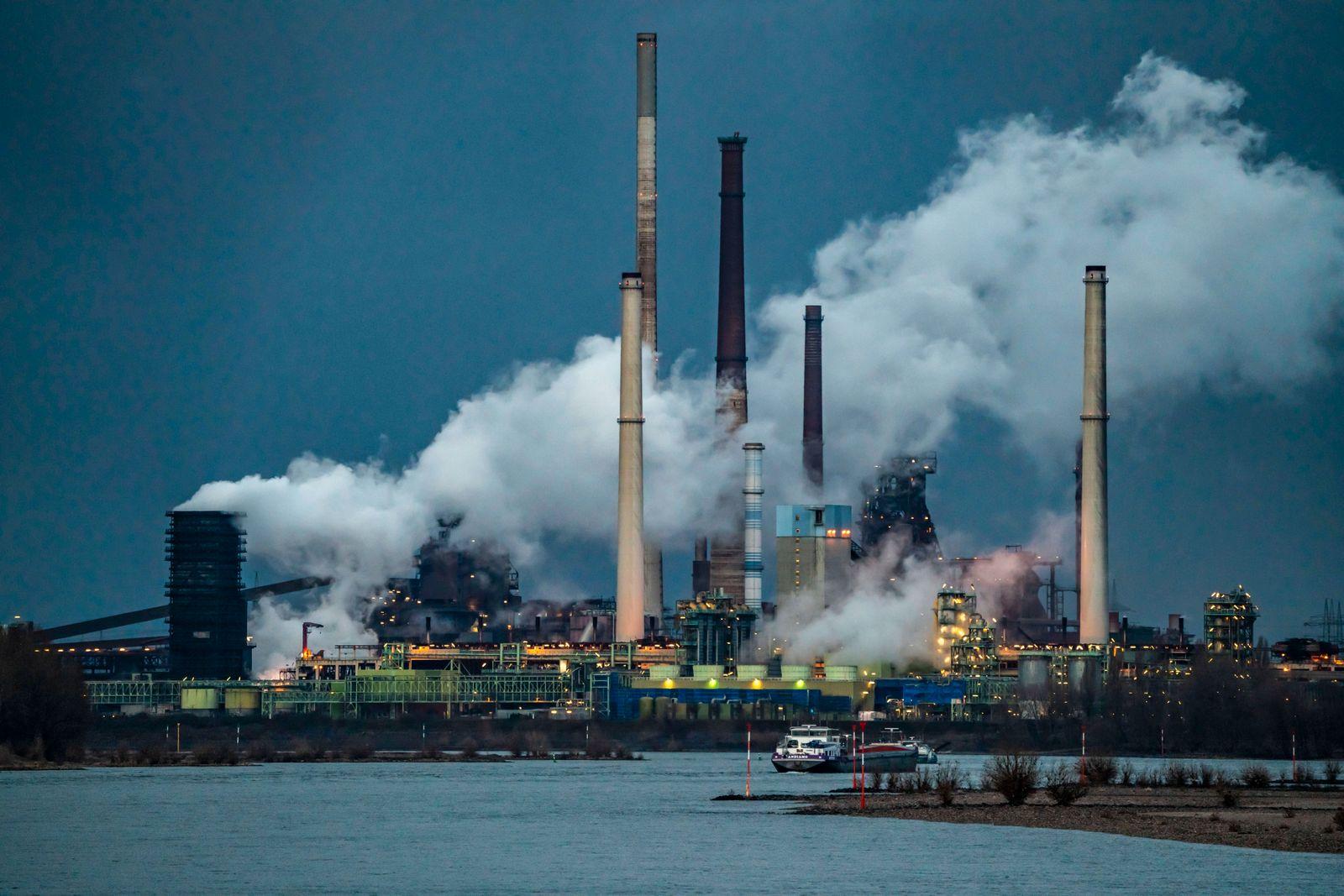 Rhein bei Duisburg Bruckhausen, Marxloh, Thyssenkrupp Steel Stahlwerk, Hochˆfen, Sinteranlage, Ablˆschwolke der Kokerei