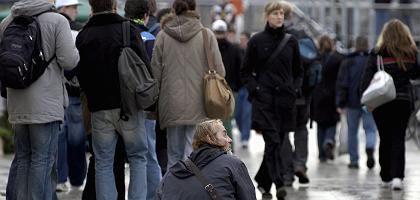 """Bettler in Berlin-Friedrichshain: Die Ebert-Studie schätzt das """"abgehängte Prekariat"""" auf acht Prozent der Bevölkerung - was jedoch nicht die einzige interessante Erkenntnis der Analyse ist"""
