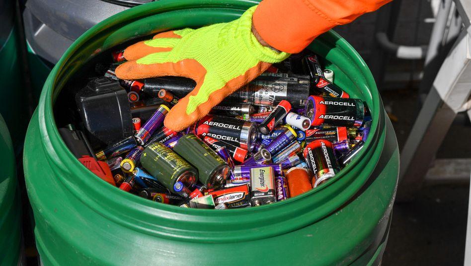 Alte Batterien und Akkus werden auf einem Recyclinghof gesammelt (Archivbild)
