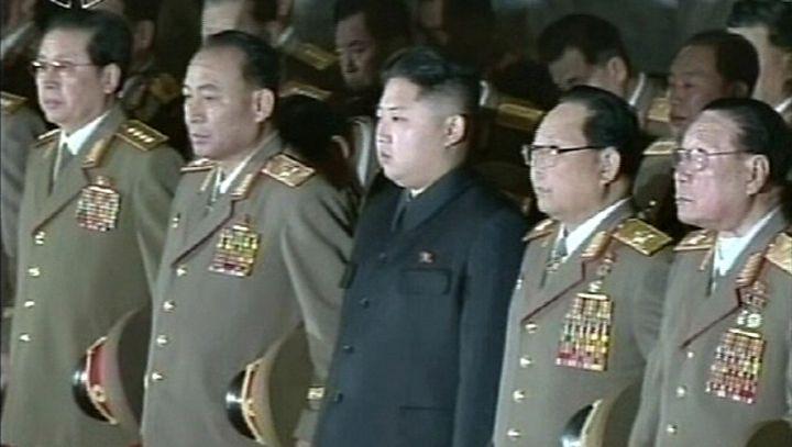 Bild des nordkoreanischen Staatsfernsehens: Kim Jong Un (Mitte), Onkel Jang (links)