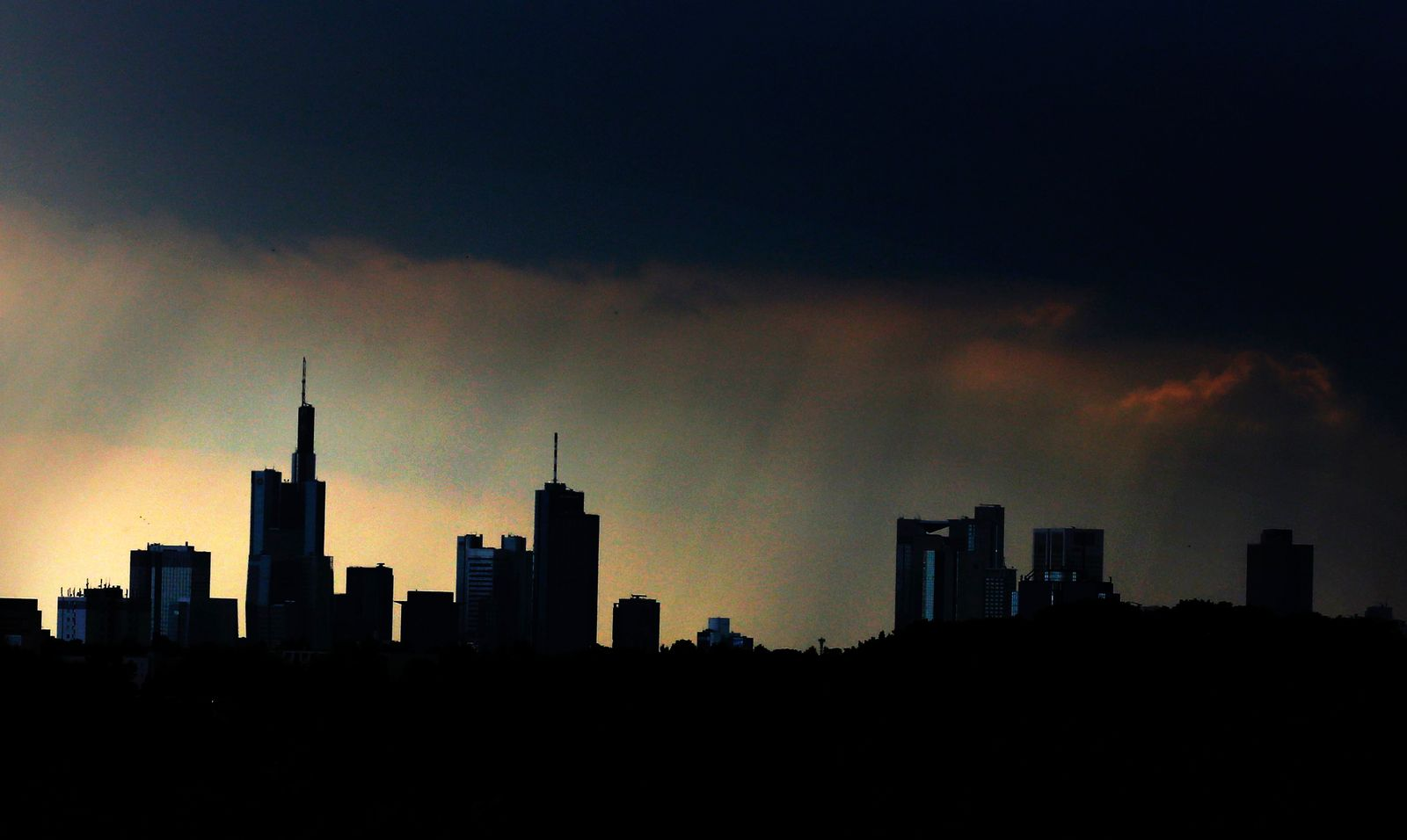 NICHT VERWENDEN Frankfurt / Banken / Skyline / Banken-Viertel / Dunkle Wolken