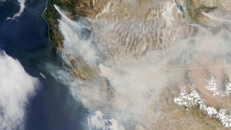 Satellitenbild mit Rauchentwicklung an der amerikanischen Westküste
