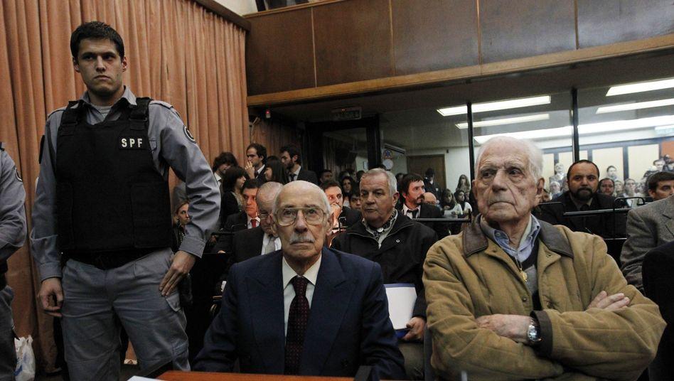 Jorge Videla (li.) und Reynaldo Bignone: lange Haftstrafen