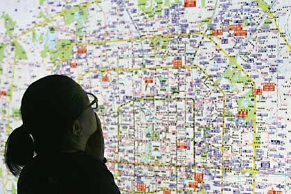 Frau vor Stadtplan: Wegmarken statt Himmelsrichtungen