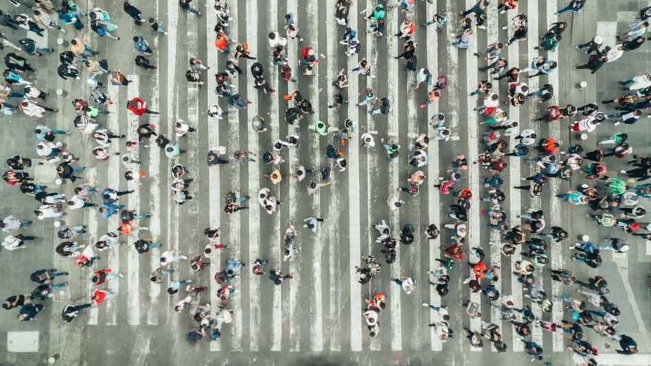 Fußgänger auf einem Zebrastreifen in New York