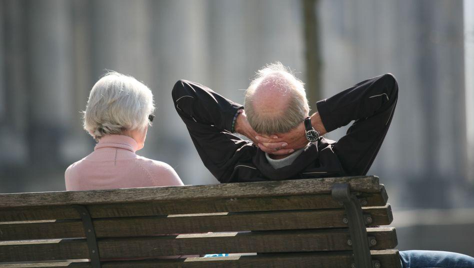 Rentnerpaar vor dem Reichstag in Berlin