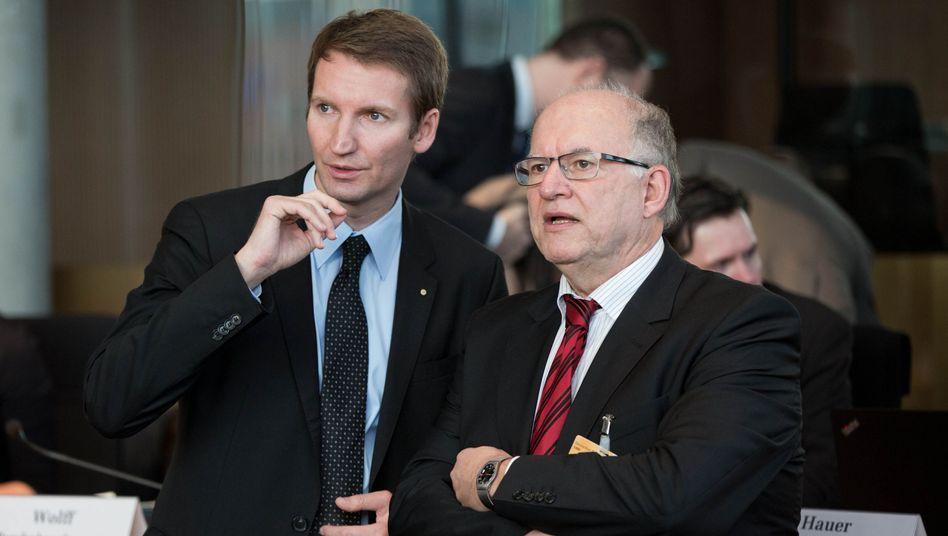 """Chef des NSA-Ausschusses Sensburg mit Zeuge Schaar (r.): """"Gar keine Antworten"""""""