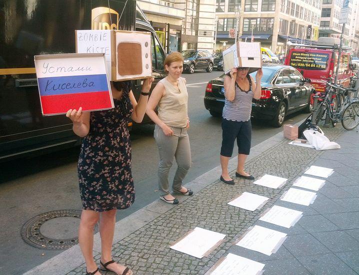 Stummer Protest: Demo gegen Filmvorführung in Berlin