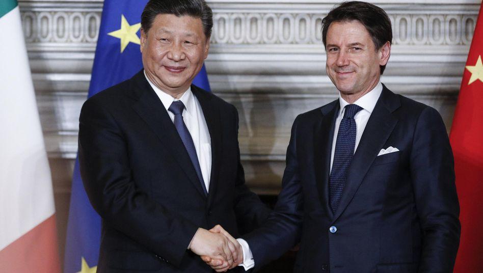 Italiens Ministerpräsident Giuseppe Conte (r.) und Chinas Präsident Xi Jinping