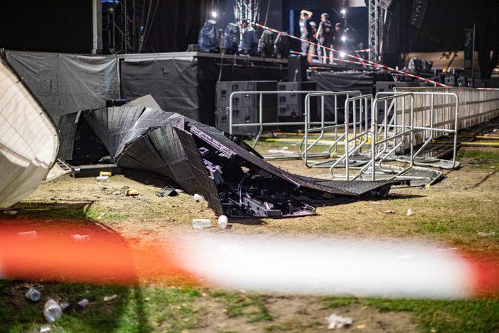 Zerbrochene LED-Leinwand neben der Bühne