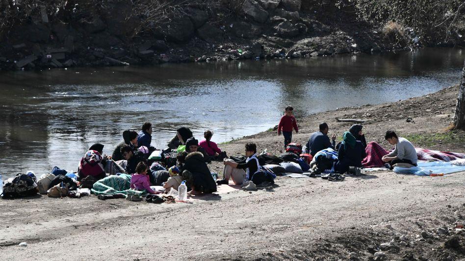 Migranten halten sich an der griechisch-türkischen Grenze auf. Die Lage in den Flüchtlingslagern hat sich zugespitzt, nachdem die Türkei die Grenzen zur EU für Migranten für offen erklärt hatte