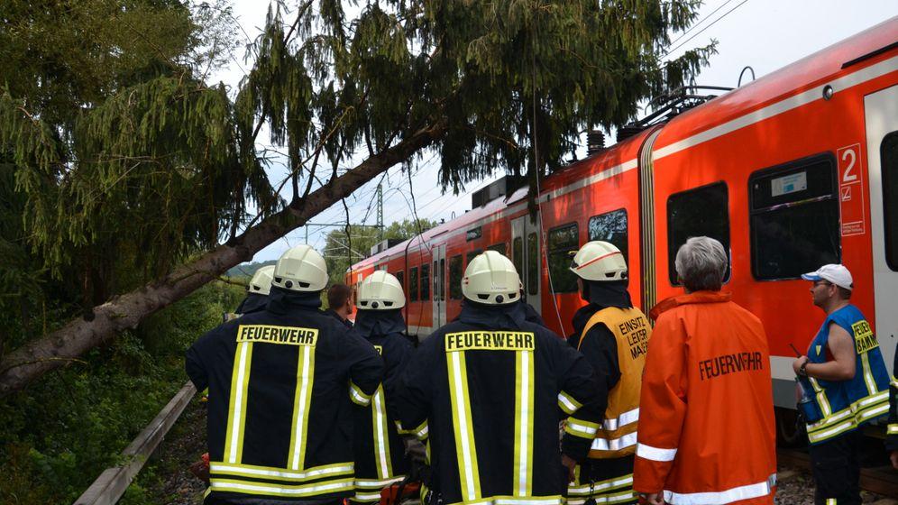Unwetter: Blitze und umgestürzte Bäume halten Bahnen auf