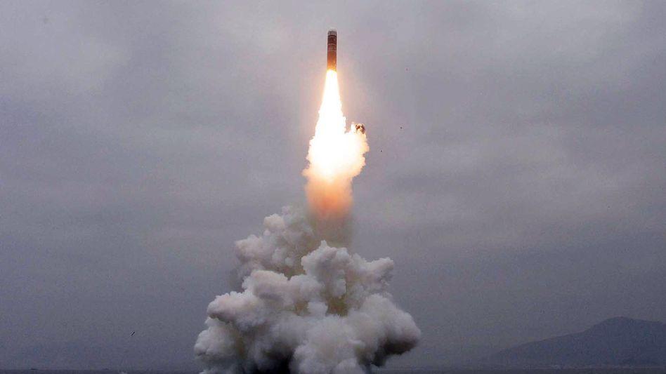 Raketenstart: Dieses Bild stammt von der staatlichen nordkoreanischen Nachrichtenagentur KCNA. Sein Inhalt kann nicht eindeutig verifiziert werden.