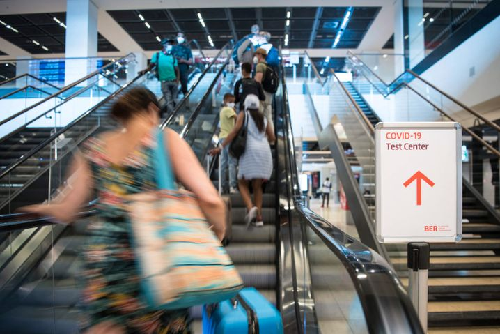 Passengers at the Berlin airport: The authorities in Germany want to create the impression that they have a close eye on returning travelers and their adherence to the coronavirus rules.