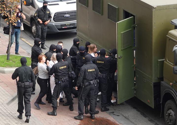 Minsk: Polizisten bringen Demonstranten in einen Gefangenentransporter