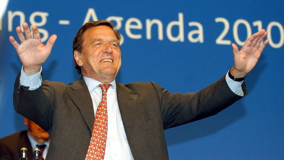 """Der damalige Bundeskanzler Gerhard Schröder bei einem Auftritt in Hamburg 2003: Was """"der gute Agenda-Kanzler zu seiner Zeit dann noch beschließen ließ"""", hat einen """"ohnehin schon fatalen Trend womöglich entscheidend verschärft"""", schreibt Thomas Fricke in dieser Kolumne"""