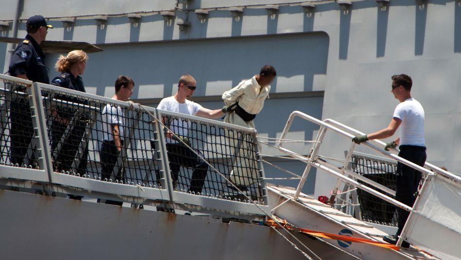 Somalische Piraten werden von der niederländischen Marine abgeführt (Archivbild vom April 2010)