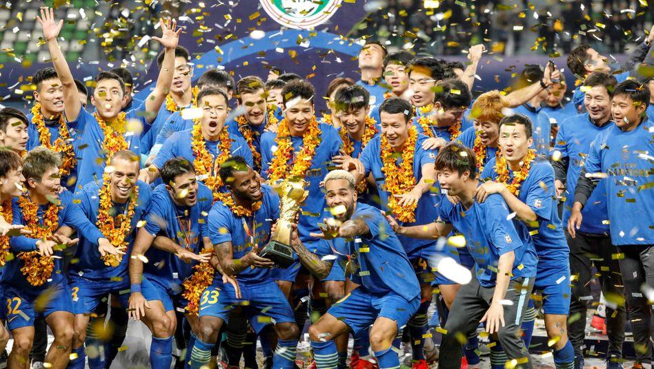 Die Spieler von Jiangsu feiern die chinesische Meisterschaft im November 2020