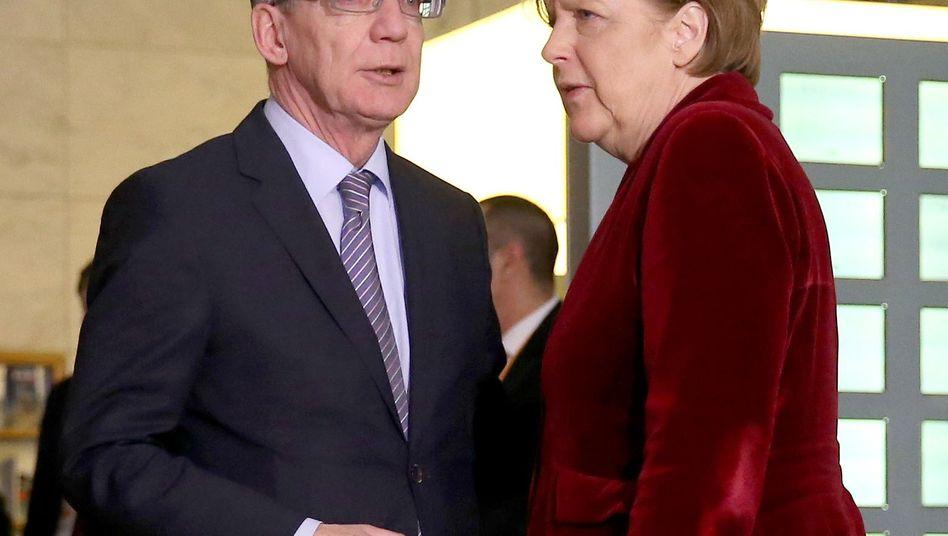 Innenminister de Maizière, Kanzlerin Merkel: Wollen Datensammeln erlauben