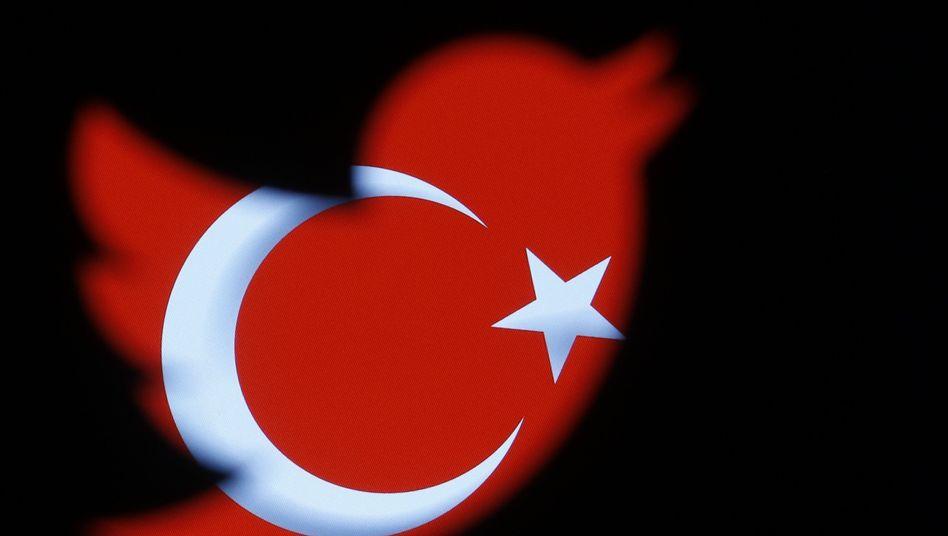 Twitter-Zeichen vor Türkei-Flagge