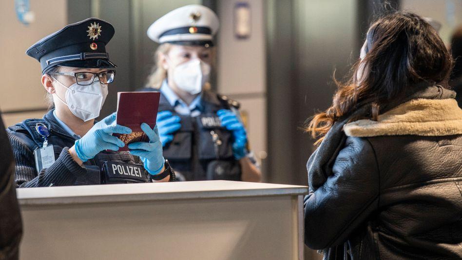 Einreisekontrolle am Frankfurter Flughafen (Archivbild): Von Sonntag an brauchen alle nicht vollständig geimpften oder genesenen Reiserückkehrer ab zwölf Jahren einen negativen Coronatest